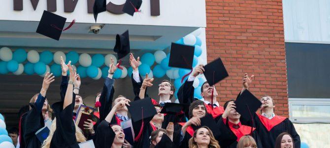 Поздравляем выпускников с успешной защитой выпускных работ!